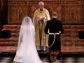 Princ Harry a Meghan počas čítania z Bible kľačia pred oltárom.