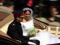 Princ Harry na koči so svojou prekrásnou manželkou Meghan.