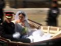 Princ Harry s manželkou Meghan mávali všetkým zvedavcom, ktorí si túto slávnostnú udalosť prišli vychutnať na vlastné oči.