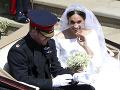 Šťastní novomanželia sa vezú na otvorenom koči ťahanom koňmi cez ulice Windsoru k miestu konania svadobnej hostiny.
