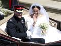 Po skončení obradu sa princ Harry a Meghan Markle previezli v kočiari a pozdravili všetkých sledovateľov kráľovskej svadby.