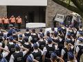 Pohreb policajtiek zabitých pri teroristickom útoku: FOTO Hold im prišli dať stovky ľudí