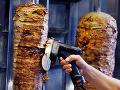 Obľúbený kebab spôsobil v Kyjeve pohromu: Takmer stovka ľudí má po zjedení zdravotné ťažkosti