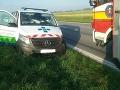 FOTO Hrozivo vyzerajúca nehoda pri Sládkovičove: Zrazila sa sanitka s mikrobusom