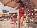Kristína Kormúthová v sexi vykrojených plavkách, ku ktorým si obula svoje vlastné šľapky.