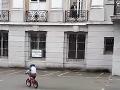 Matka nakrúcala svojho syna (5) pri bicyklovaní: VIDEO zachytilo aj hrôzu v okne