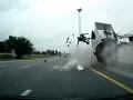 VIDEO Hororové okamihy ako z testovacej jazdy: Kamionista vyletel z kabíny, nemal žiadnu šancu