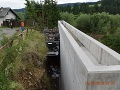 FOTO Kuriózna nehoda na Spiši: Nákladiak ostal na streche zakliesnený v priekope