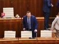 FOTO Minister spravodlivosti Gál, zdravotné problémy: Do parlamentu prišiel s barlami