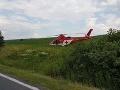 Auto zišlo z cesty a skončilo v strome: Dvaja zranení, zasahovať musel vrtuľník