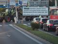 Protestujúci farmári na traktoroch v Bratislave.