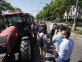 Farmári zaparkovali pred Úradom vlády