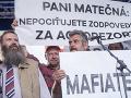 Farmári s transparentom na pódiu počas zhromaždenia Za slušné Slovensko