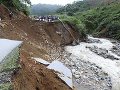 FOTO Záplavy a zosuvy pôdy vo Vietname: O život už pripravili 15 ľudí, 11 je nezvestných