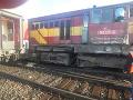 FOTO Nehoda na železničnej stanici v Plešivci: Došlo k zrážke vlaku s rušňom