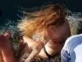 VIDEO Žena kŕmila žraloka holými rukami: Toto nečakala, za ukazovák ju stiahol do vody!