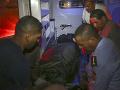 Záchranári odvážajú mŕtve telá