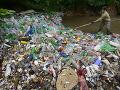 Rybári bijú na poplach: Znečistenie riek PET fľašami je kritické, podporujú ich zálohovanie