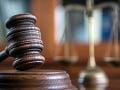 Dráma na francúzskom súde: Muž odsúdený zo znásilnenia a vraždy sa pokúsil otráviť