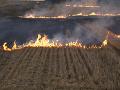 Veľký požiar pri obci Veľká Ida: Neďaleko U.S. Steel horí žatva
