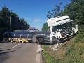 Vodiči, dávajte pozor pri Krupine: FOTO Havarovaný kamión, cesta je úplne uzavretá