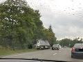 FOTO Vodiči, pozor: Úplne uzatvorená cesta v Žiline, dôvodom je odtiahnutie kamióna