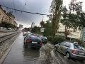 VIDEO Búrky trápia západné Slovensko: Zatopené priestory, prietrž mračien v Bratislave