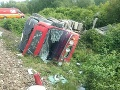 FOTO Zrážka kamióna a vlaku s 59 cestujúcimi pri Prievidzi: Dvaja zranení