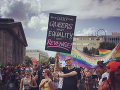 Desaťtisíce ľudí dnes pochodujú Berlínom, aby podporili sexuálne menšiny
