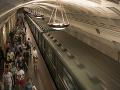 Chaos v parížskom metre, cestujúcich z ôsmich súprav museli evakuovať