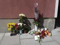 Kvety sú položené na mieste, kde švédska polícia zastrelila 20-ročného mladíka s Downovým syndrómom, ktorý mal pri sebe repliku zbrane v Štokholme