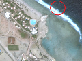 Satelitná snímka pláže, na ktorej došlo k tragédii.