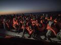 Na archívnej snímke migranti
