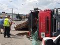 PRÁVE TERAZ Dopravný kolaps v Bratislave: FOTO Prevrátený kamión blokuje premávku