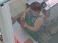 VIDEO, z ktorého napína na zvracanie: To je hnus, predavačka leštila za výkladom klobásu