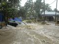 FOTO Prudké monzúnové dažde v Indii: Zosuvy pôdy pohltili niekoľko dedín, najmenej 19 obetí