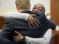 Záhradník Dewayne Johnson sa objíma s jedným z jeho advokátov po vypočutí verdiktu v jeho prípade proti Monsantu na súde.
