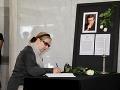 Elena Vacvalová píše do kondolenčnej knihy.