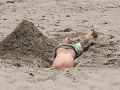 Mladík (†21) si vykopal na pláži hlbokú jamu: Zabudol na príliv, krutá smrť vo vlastnej pasci