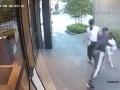 VIDEO, ktoré je postrachom všetkých rodičov: Mladík chcel uniesť dieťa pred očami jeho matky!