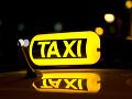 Taxikár zbadal na chodníku opustené dieťa.
