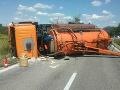 Hasiči sú opäť v pohotovosti: Dopravná nehoda na Záhorí, prevrátilo sa nákladné auto