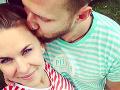 Po boku svojho manžela Petra žiari Kristína Tormová šťastím.