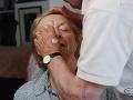 Muž (84) ukázal, čo je skutočná láska: Naučil sa robiť mejkap svojej slepej manželke (83)