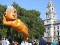 FOTO Nad Londýnom opäť plachtí polonahá postava: Tentokrát si to odniesol starosta