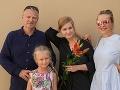 Michaela Čobejová s rodinou na promóciách staršej dcéry.