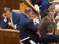 Facebook, chat, inzeráty aj sms! FOTO Poslanci si krátia chvíle v práci s mobilmi