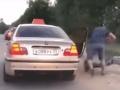 VIDEO Taxikára strašne vytočil jeho zákazník: Dal mu príučku, z ktorej sa mladík nevedel spamätať