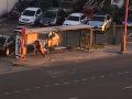 Bratislava neprestáva prekvapovať: VIDEO Sex na zastávke MHD priamo za bieleho dňa