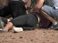 Monika sa zviezla na zem, pomôcť sa jej snažili farmári.